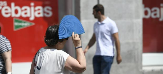 Recursos de calor, verano, sol, buen tiempo, mujer con abanico, rebaja, rebajas