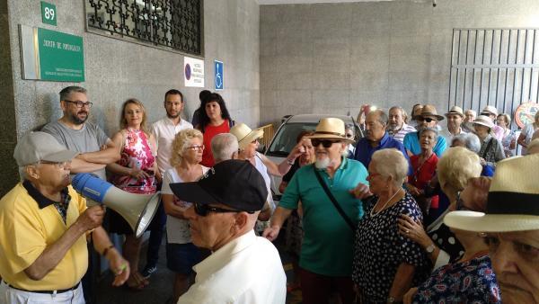 Sevilla.-Protesta contra el 'recorte horario' en los centros de mayores con demanda de Adelante para que se 'rectifique'