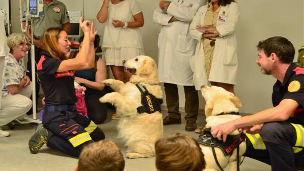 La unidad canina de Bomberos visita el Hospital Clínico