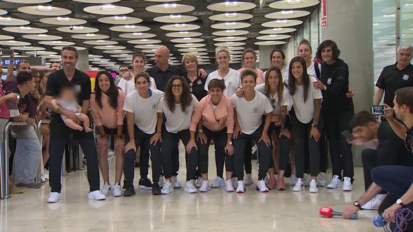 Gran recibimiento a la selección femenina de fútbol en el aeropuerto
