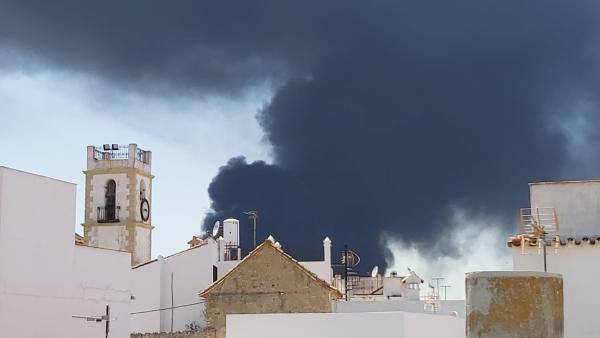 Humo del incendio de Indorama en el pueblo de San Roque.