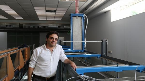 El profesor de Ingeniería Hidráulica del Departamento de Agronomía de la UCO, Óscar Castro Orgaz, junto a una recreación de un dique