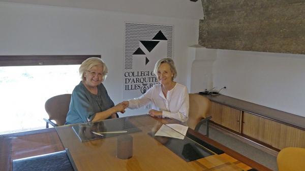 La nieta del arquitecto Gaspar Bennazar tras la firma del acuerdo con la decana del Coaib, Marta Vall.Llossera.