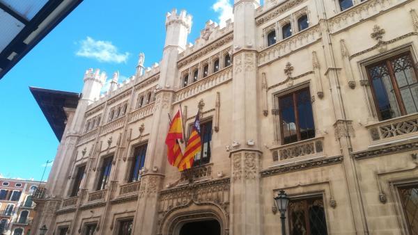 Imagen de la fachada del Consell de Mallorca en Palau Reial.