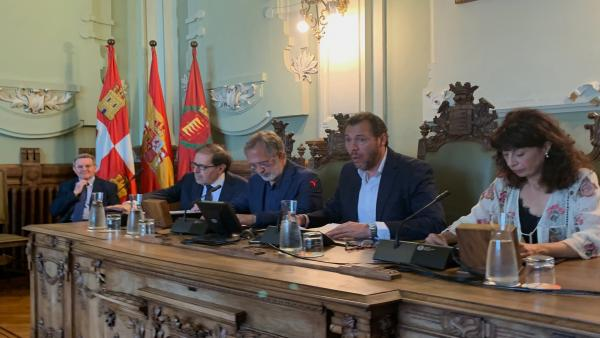 Mesa presidencial del primer Pleno del mandato en el Ayuntamiento de Valladolid