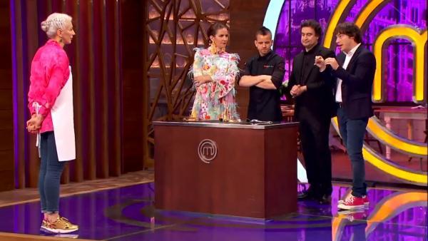Teresa presenta su plato al jurado de 'MasterChef'.
