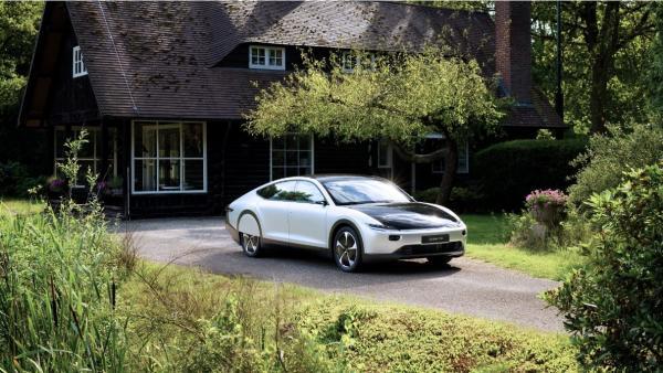 Así es el primer coche solar con una autonomía de 725 kilómetros.