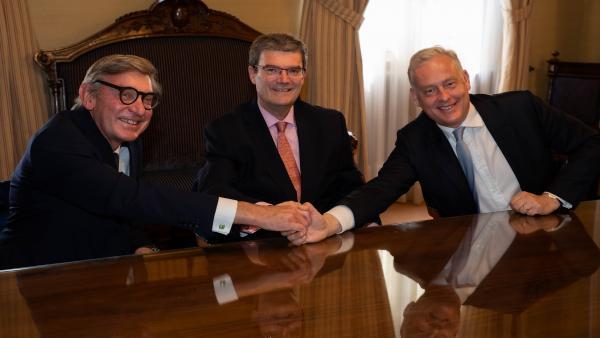 El rector de la Universidad de las Artes de Londres, Sir Nigel Carrington, el alcalde de Bilbao, Juan Mari Aburto, y el embajador británico, Simon J. Manley CMG, firman el acuerdo.