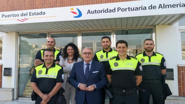 El presidente de la APA, Jesús Caicedo, junto a los nuevos policías portuarios