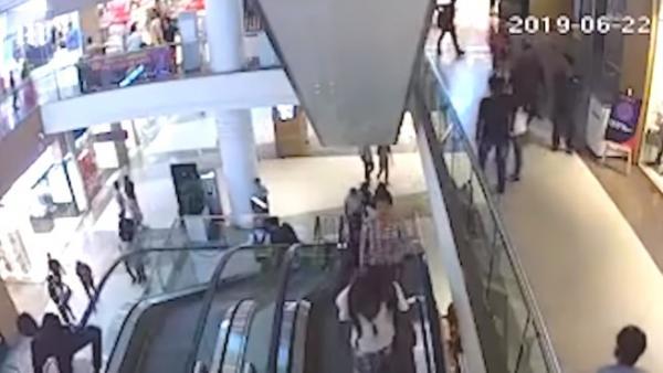 Momento de la caída de un adolescente, grabado por las cámaras se seguridad del centro comercial.
