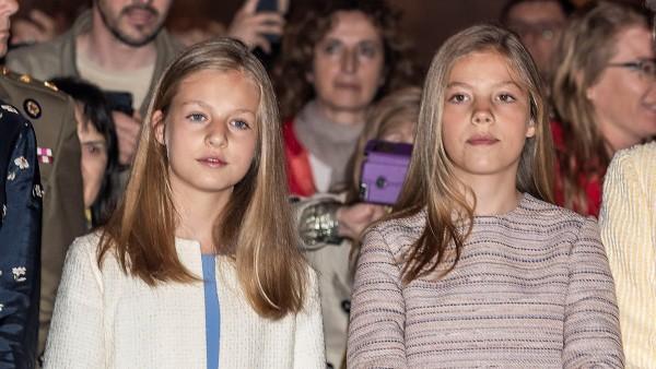 La princesa Leonor y la infanta Sofía durante la misa de Pascua en Palma