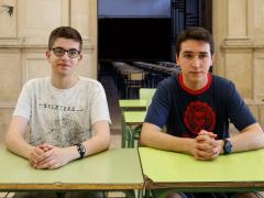 Eduard Garrabou (derecha) y Arnau Noguera (izquierda) en los pupitres del instituto Antoni Torroja de Cervera (Lleida).