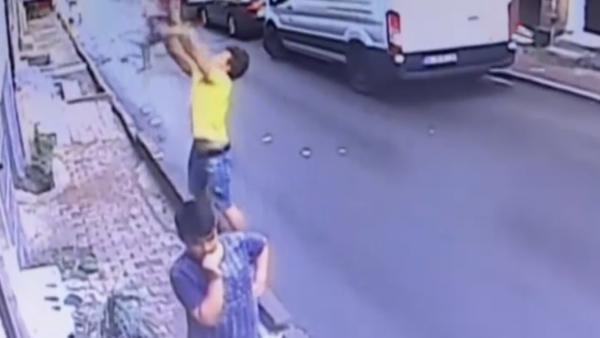 Un joven rescata en el aire a una niña
