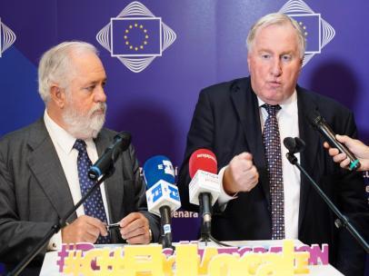 El comsiario europeo de Energía y Clima, Miguel Arias Cañete (I), y el presidente del Comité Europeo de las Regiones, Karl-Heinz Lambertz (D), en el Pleno del Comité Europeo de las Regiones.