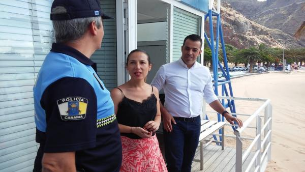 FLORENTINO GUZMÁN Y PATRICIA HERNÁNDEZ JUNTO A UN AGENTE DE LA POLICÍA LOCAL