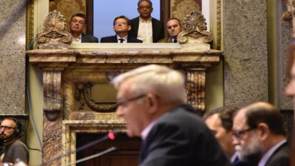 El presidente de la Comunidad Valenciana, Ximo Puig (en el balcón 2i), durante la sesión de constitución del Ayuntamiento de Valencia.