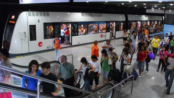 El metro recorta desde hoy un 20% el número de trenes por el horario de verano