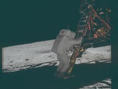 Adrin desciende del Módulo Lunar