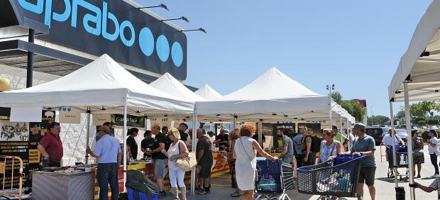 La V feria de proximidad de Caprabo en Altafulla (Tarragona) reúne a 22 pequeños productores.