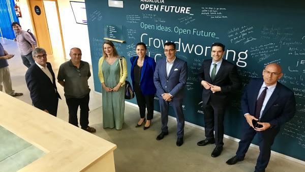 Visita de representantes de la Junta de Andalucía y Telefónica al acelerador de 'startups' El Cubo, en Sevilla.