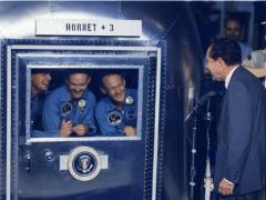 Nixon felicita a la tripulación del Apolo 11
