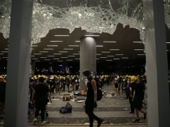 Manifestantes entran en sede del Parlamento de Hong Kong