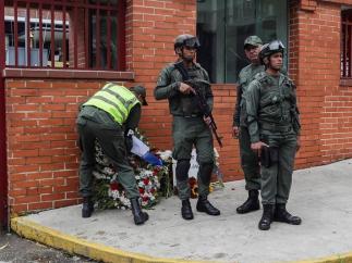 Ofrenda en honor del militar muerto en Venezuela