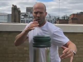 Jason Statham abre una botella con una patada giratoria