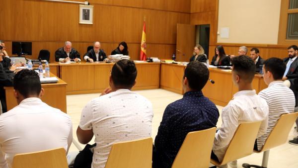 Cinco de los seis acusados de abusar sexualmente de una menor en Manresa (Barcelona) en 2016 durante el inicio del juicio en la Audiencia de Barcelona.