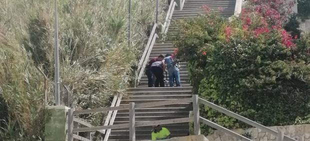 Técnicos analizando una de las bajadas de la playa de Fuentebravía