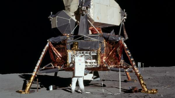 Fotografía del módulo lunar del Apolo 11 en la superficie lunar.