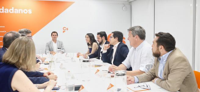 El líder de Ciudadanos, Albert Rivera, preside  la reunión del Comité Permanente del partido en su sede. A su izquierda, la portavoz de la Ejecutiva y Secretaria de Formación de Cs, Inés Arrimadas, entre otros miembros del partido.