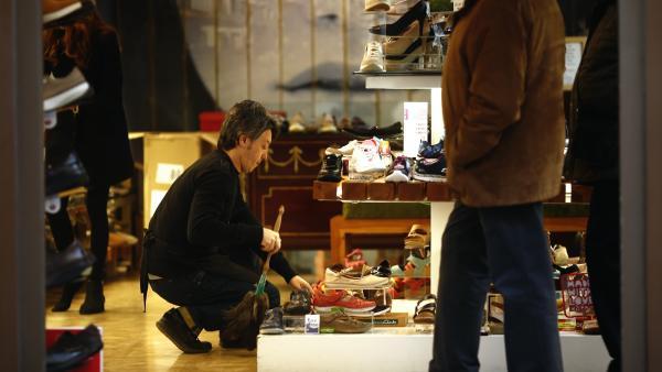 Trabajador autónomo en una tienda de zapatos