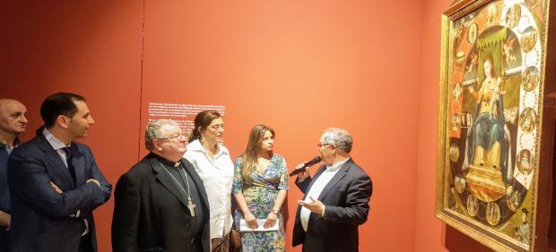 El delegado de Patrimonio (D), explica una obra al alcalde (I), el obispo, la presidenta de la Diputación y la concejal de Cultura.