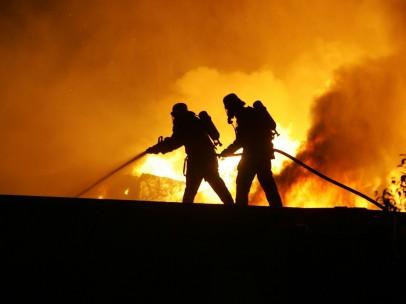 Unos bomberos trabajan para extinguir un incendio