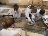 Trabajos en el sarcófago romano hallado en Granada
