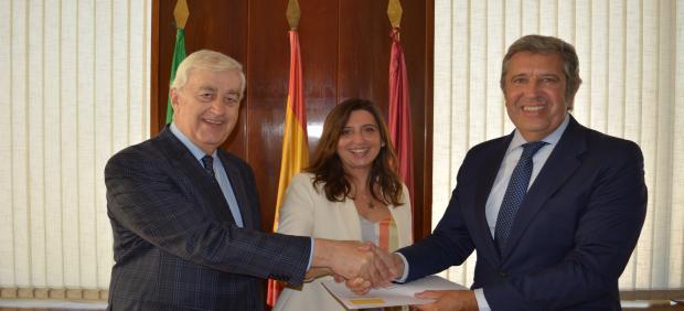 Representantes de Zona Franca Cádiz y la Fundación INCYDE tras el acuerdo alcanzado.