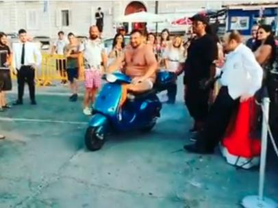 Balotelli desafía a un hombre a tirarse al mar con su scooter