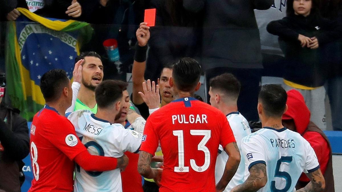Leo Messi ve la segunda tarjeta roja de su carrera en la final de consolación de la Copa América ante Chile