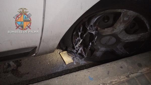 Las ruedas de un vehículo de Emaya que ha sido objeto de un intento de incendio con pastillas de barbacoa