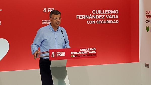 El portavoz del PSOE extremeño, Juan Antonio González, en rueda de prensa para hablar sobre el tripartito en Badajoz
