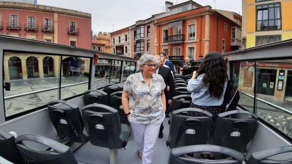 La alcaldesa de Gijón, Ana González (PSOE),  durante su visita al Bus Turístico.
