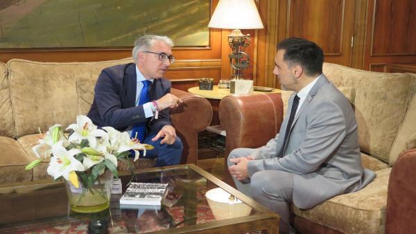 El portavoz del PP en el Parlamento, Jesús Ángel Garrido, se reúne con el presidente de la Cámara riojana, Jesús Mari García, dentro de la ronda de contactos previas a la investidura