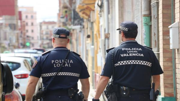Agents de Policia Local de València, increpats en El Cabanyal en acudir per sorolls i música alta