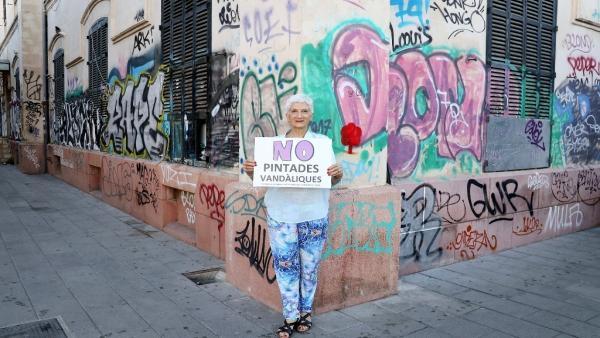 La escritora Eusèbia Rayó participa en la campaña de ARCA contra las pintadas vandálicas.