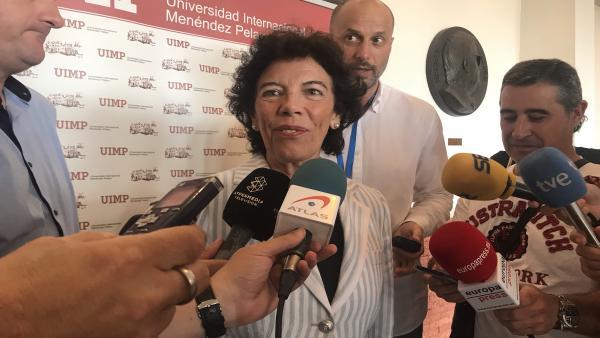 La portavoz del Gobierno y ministra de Educación en funciones, Isabel Celaá, atiende a los medios en la Universidad Internacional Menéndez Pelayo