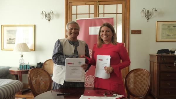 Alicia Rubio, vicerrectora de Empleo, Emprendimiento y Sociedad, durante la firma del convenio con Muhammad Yunus