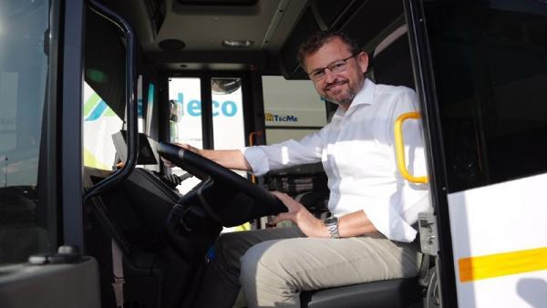 David Dorado montado en un de los nuevos vehículos de Sadeco