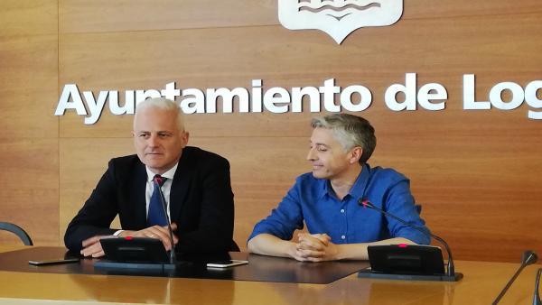 El secretario general del PSOE de La Rioja, Francisco Ocón, a la derecha, y el alcalde de Logroño, Pablo Hermoso de Mendoza, durante la rueda de prensa momentos antes de su primer encuentro oficial.