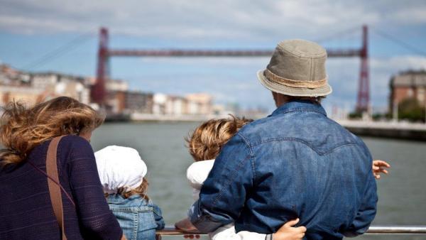 Turistas admirando el Puente Colgante en Bizkaia